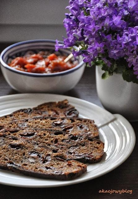 Żytni chleb na zakwasie z suszonymi wiśniami i orzechami włoskimi z okazji Światowego Dnia Chleba.