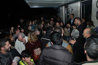 Εθελοντής δίνει οδηγίες σε παρευρισκόμενους στο Ηράκλειο