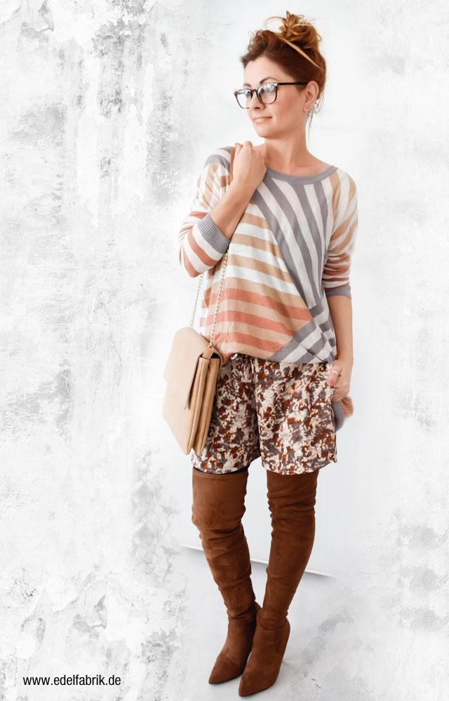 Outfit mit braunen Overknees und kurzen, bunten Shorts