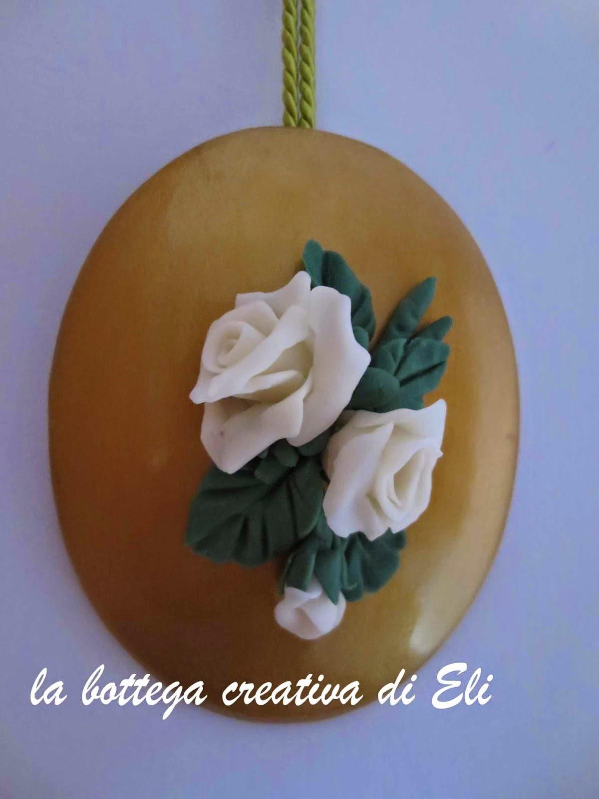 http://labottegacreativadieli.blogspot.it/2014/09/un-piccolo-ovale-con-le-rose-bianche-in-pasta-di-mais.html