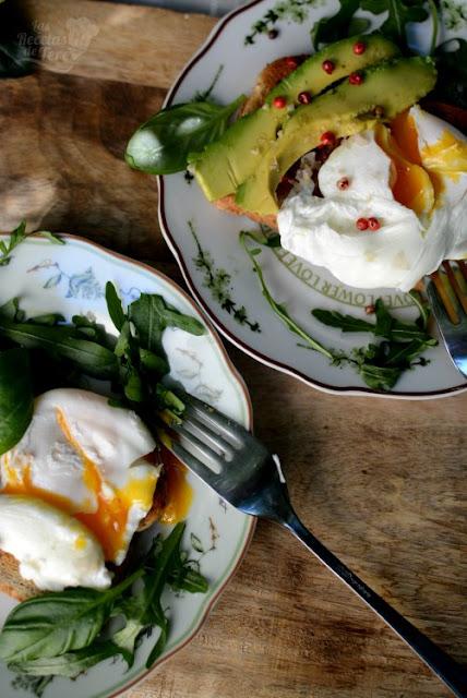 Exquisito-desayuno-con-huevos-escalfados-aguacate-02