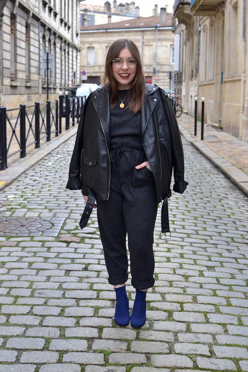 combinaison douce grise Zara, perfecto noir Monki, bottines chaussette rayé bleu et noir Zara