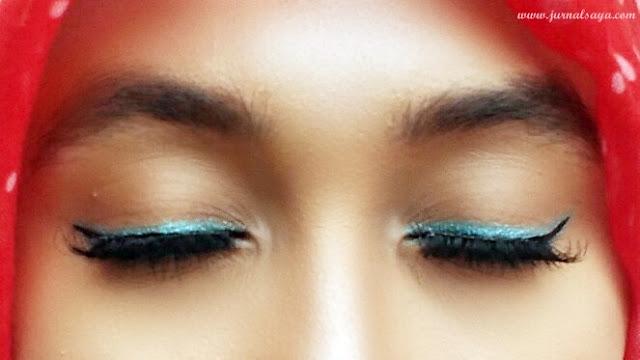 penggunaan eyeliner biru