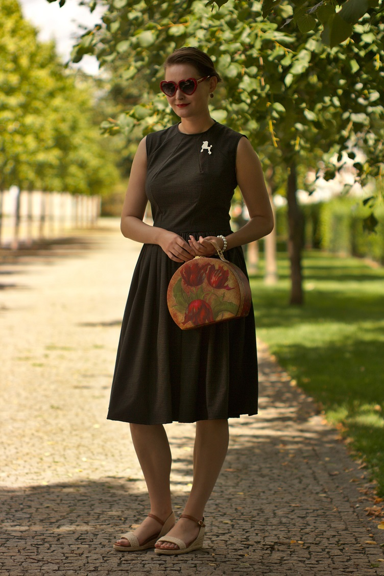 cercei lannister dress, georgiana quaint czech blog, outfit photo shoot, summer photoshoot, unusual handbag, heart shaped glasses