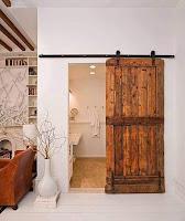 puerta escorrediza con pallets de madera desarmados