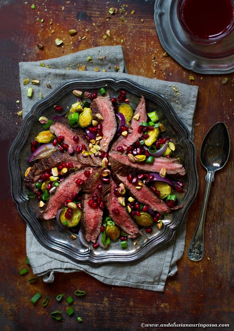 jouluinen salaatti_paahdettu ruusukaali_piparkakkumauste dry rub flank steak_glögisiirappidressing