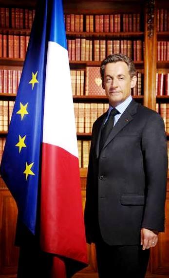 Foto de Nicolas Sarkozy rodeado de libros