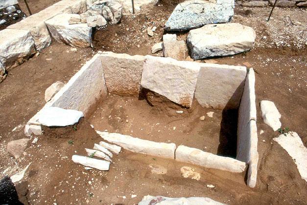 Ταφικό υπαίθριο συλημένο μνημείο του 3ου π.Χ. αιώνα σώζεται στο Ζερβοχώρι Παραμυθιάς