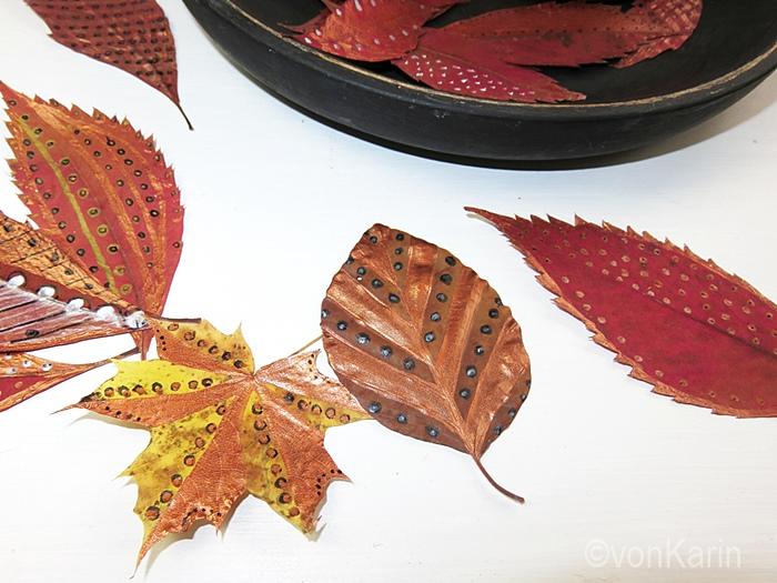 bunt bemalte Herbstblaetter