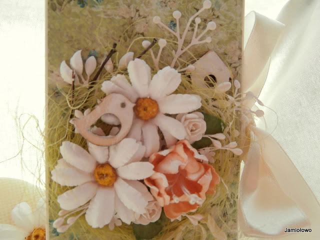 detale na czekoladowniku-kwiatki, scrapki, wstążki i in.