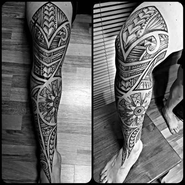 tatuaje polinesio en la pierna