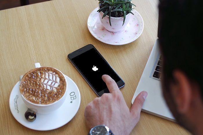 iPhone blank hitam hanya menampilkan logo Apple