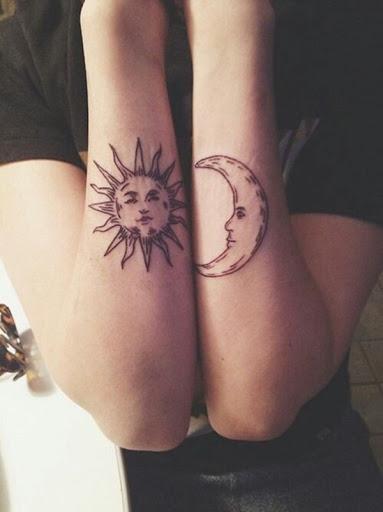 Essa tatuagem conjunto, representado o utente antebraços, torna o sol e a lua crescente em tinta preta.