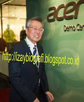 Stan Shih atau Shi Zhenrong dilahirkan pada pada tanggal 8 Desember 1944 Di Taiwan. Stan Shih dikenal sebagai Pendiri dari Perusahaan komputer Acer, Ia juga adalah ketua dari grup perusahaan  Acer yang produknya cukup dikenal di kalangan orang Indonesia, mulai dari laptop, netbook, komputer, LCD dan lain-lain. Ia dilahirkan di masa-masa akhir pendudukan Jepang di Taiwan. Ia  terlahir dari keluarga yang miskin karena menderita akibat dari kependudukan dari Jepang. Stan   Shih merupakan model klasik bagi figur-figur di Taiwan. Stan kecil telah membantu ibunya yang menjanda untuk berjualan telur. Sifat mandiri dan naluri wirausaha mulai terbentuk dari kegiatan membantu ibunya.  Stan Shih atau Shi Zhenrong dilahirkan pada pada tanggal 8 Desember 1944 Di Taiwan. Stan Shih  dikenal sebagai Pendiri dari Perusahaan komputer Acer, Ia juga adalah ketua dari grup perusahaan   Acer yang produknya cukup dikenal di kalangan orang Indonesia, mulai dari laptop, netbook, komputer, LCD dan lain-lain. Ia dilahirkan di masa-masa akhir pendudukan Jepang di Taiwan. Ia terlahir dari keluarga yang miskin karena menderita akibat dari kependudukan dari Jepang. Stan Shih merupakan model klasik bagi figur-figur di Taiwan. Stan kecil telah membantu ibunya yang menjanda untuk berjualan telur. Sifat mandiri dan naluri wirausaha mulai terbentuk dari kegiatan  membantu ibunya.  Setelah lulus dari Sekolah menengah atas di taiwan, Stan Shih kemudian masuk di