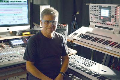 Zanov sentado ante su equipo musical con el que ha realizado el álbum Open Worlds (2016).