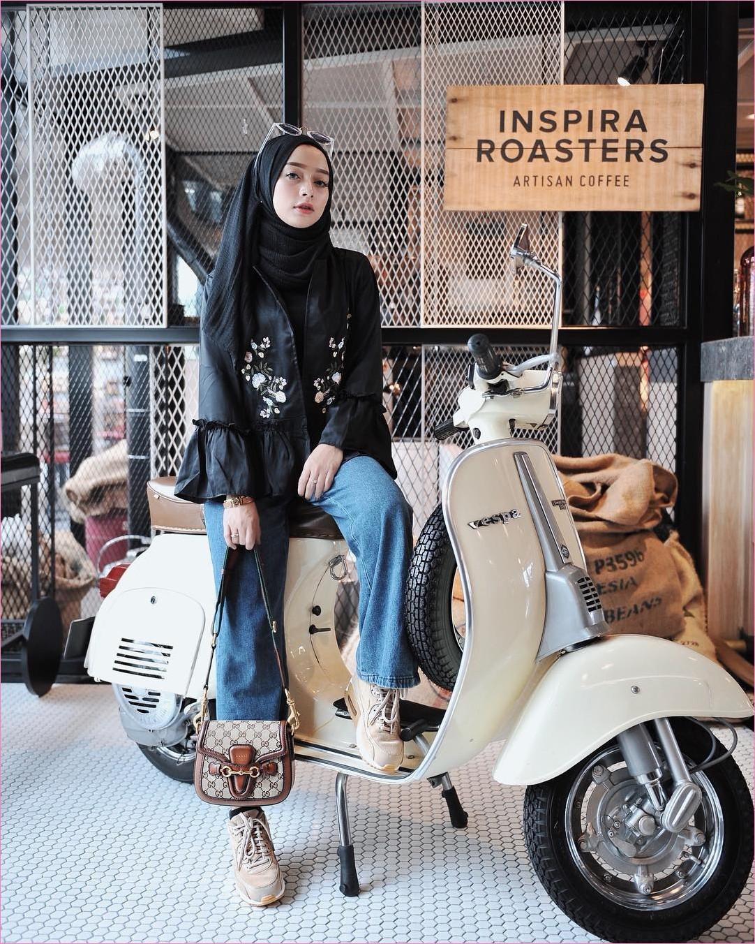 Outfit Kerudung Pashmina Ala Selebgram 2018 hijab pashmina rawis top baju blouse lengan terompet hitam kaccamata putih jam tangan celana jeans denim slingbags kets sneakers coklat muda kaos kaki ciput rajut ootd trendy vespa