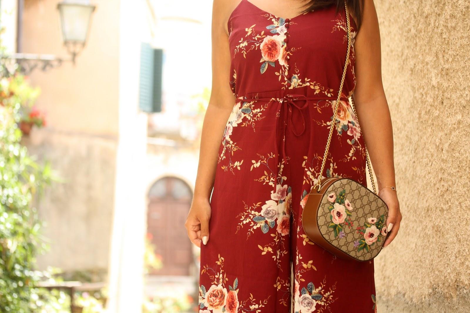 b9f8492217 Tuta a fiori, borsa Gucci a fiori, tra vicoletti pieni di fiori ...