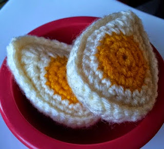 http://translate.googleusercontent.com/translate_c?depth=1&hl=es&rurl=translate.google.es&sl=en&tl=es&u=http://www.lookatwhatimade.net/crafts/yarn/crochet/free-crochet-patterns/hard-boiled-crochet-egg-pattern/&usg=ALkJrhikuIhe69jijeQJURxtkrxYLRyk1A