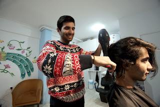 Στο κέντρο της Αθήνας άνοιξε το πρώτο κομμωτήριο που δίνει δουλειά σε πρόσφυγες