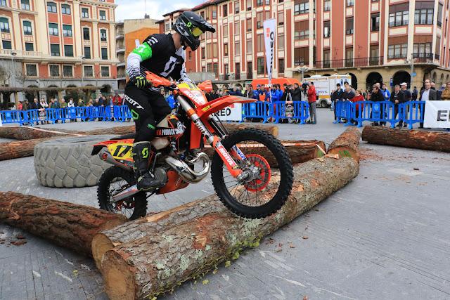 Exhibición de motos en Herriko Plaza con motivo del campeonato
