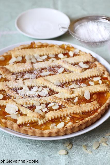 Crostata con marmellata di arance e mandorle abbinata a crema pasticcera alla vaniglia