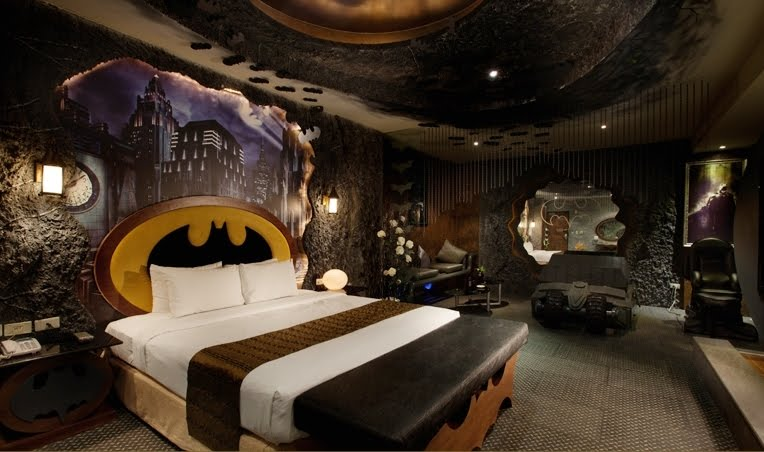 Termasuklah Tekstur Dinding Seakan Di Dalam Gua Kereta Batman Dan Logo Yang Berwarna Hitam Kuning Boleh Dilihat Seluruh Sudut Bilik Tersebut