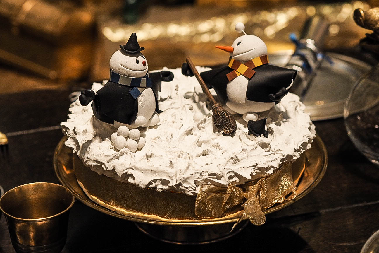 Snowmen dancing on Christmas cake
