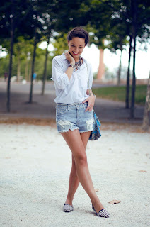 Look con mix de estampados + shorts con rotos
