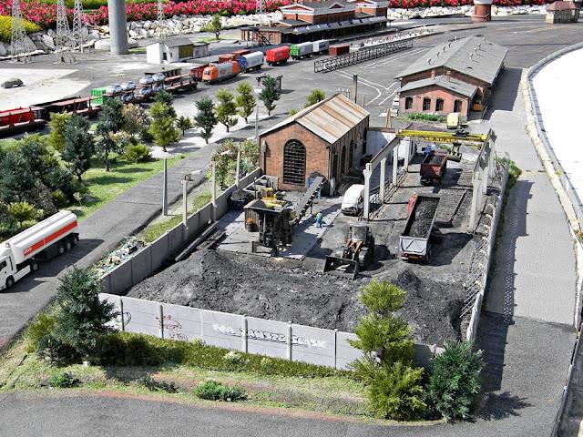 miniaturowe pociągi i składnica węgla w Minieurolandzie w Kłodzku