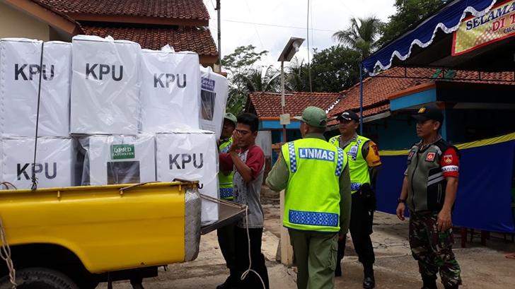 Anggota Koramil 13/Majenang Bantu Pendistribusian Logistik Pemilu