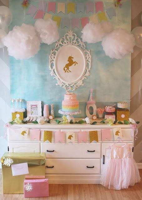 festa-de-aniversario-infantil-criativa-com-o-tema-de-unicornio-decoracao-com-nuvens-de-algodao