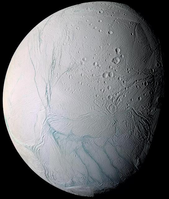 Imagem feita pela sonda Cassini mostra as faixas de tigres, visíveis no polo sul de Encélado
