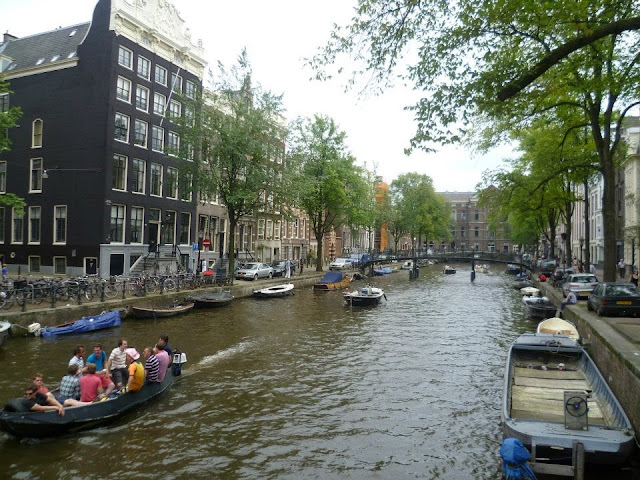 Um dos muitos canais de Amsterdã - Holanda