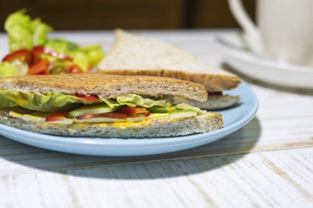 Lanche de sanduíche no prato sem embalagem