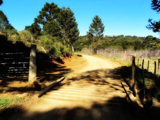 Mata-burro de Madeira no Caminho para  a Cascata do Pirata, em São Joaquim