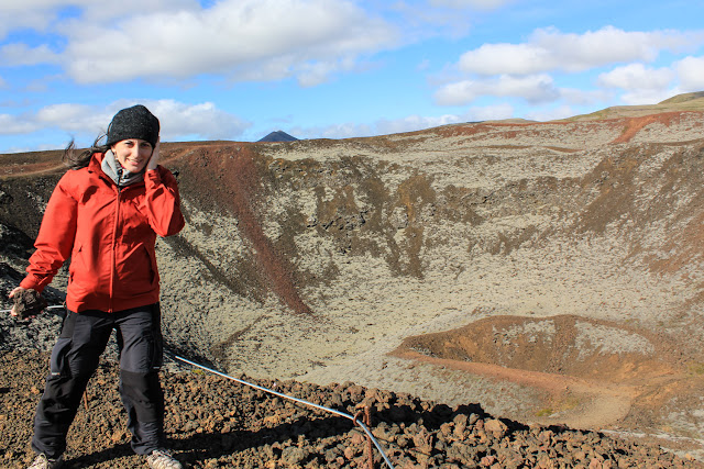 Un viento brutal en el volcán Grábrók en el oeste Islandia