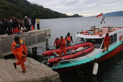 Tim gabungan melakukan pencarian korban kapal tenggelam.