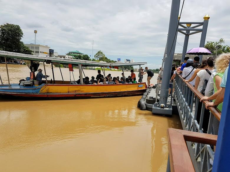 搭乘過河渡船,非常多人,可帶腳踏車過河,但等更久
