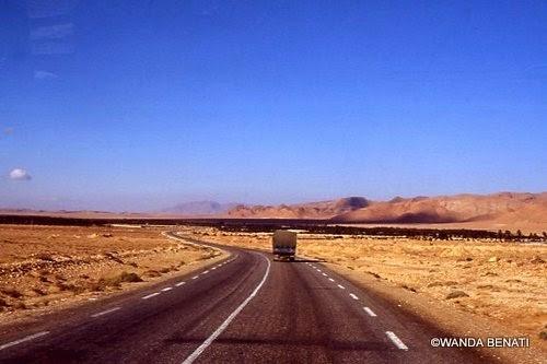 Viaggiando in auto nel deserto algerino