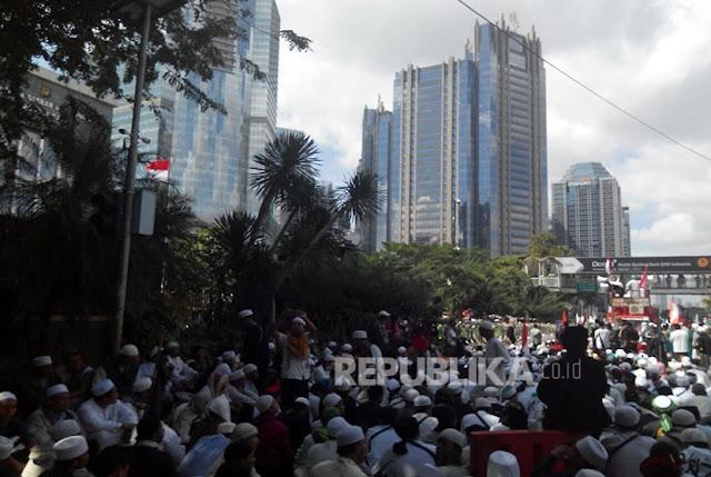 Ribuan Umat Islam Kawal Pemeriksaan Habib Rizieq