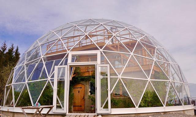 Купол против морозов. На севере Норвегии средняя температура -40 °C -50 °C. Благодаря куполу солнечные лучи, проходящие сквозь стекло, разогревают поверхность купола, это сохраняет тепло и позволяет сделать теплицу внутри купола, за стенами дома. С 2013 в доме куполе проживает семья, дом построили сами. Зимой через купол в абсолютном тепле и комфорте можно наблюдать за северным сиянием