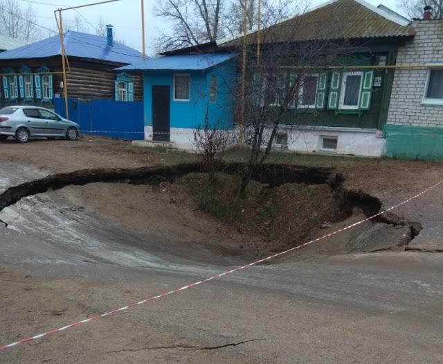 В Уфе две машины ушли под землю