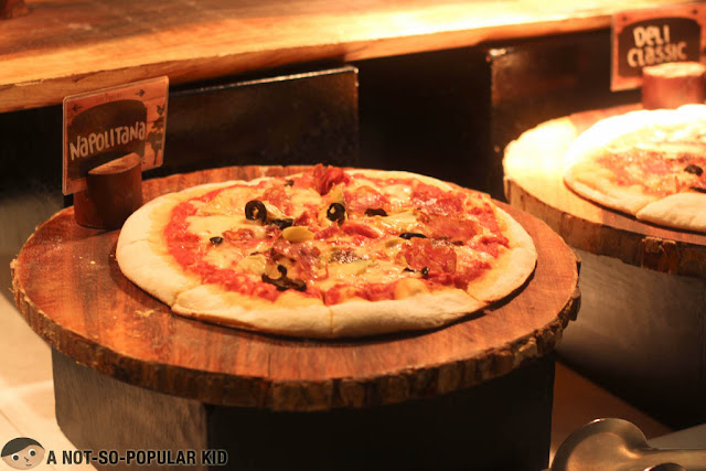 Pizza in The Pantry, Dusit Thani