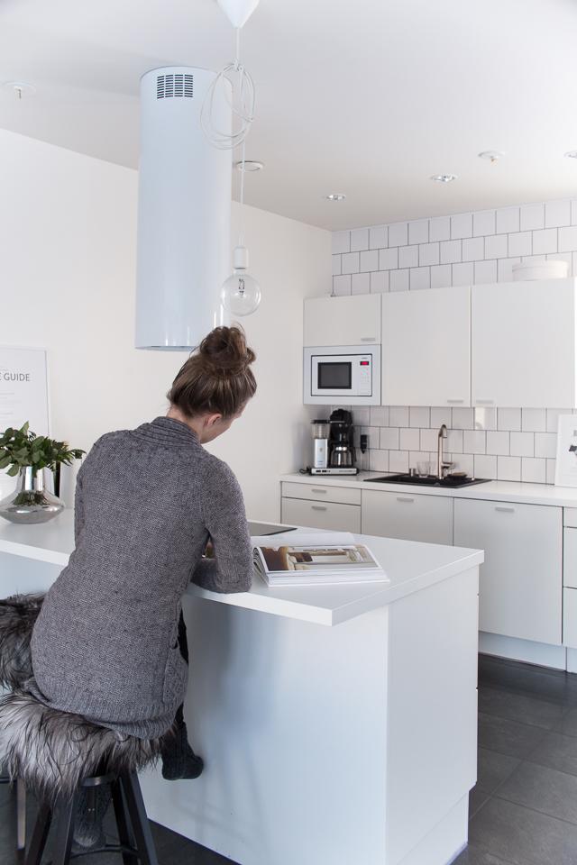 Villa H, keittiön sisustus, valkoinen keittiö, saareke