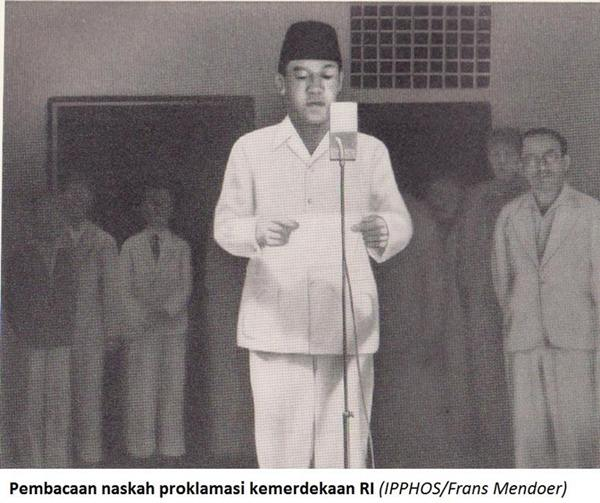 Pembacaan teks proklamasi oleh Presiden Sukarno