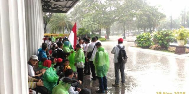 Massa Demo Di Balaikota DKI Tolak Reuni 212, Saat Hujan Turun, Inilah yang Terjadi