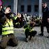 Χωρίς κανένα οίκτο: Στη τελευταία διαδήλωση των «Κίτρινων Γιλέκων» αστυνομικός ψέκασε… (ΒΙΝΤΕΟ)