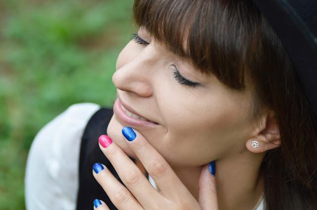 minimalistyczne kolczyki zwierzęca łapka i różowo niebieskie paznokcie