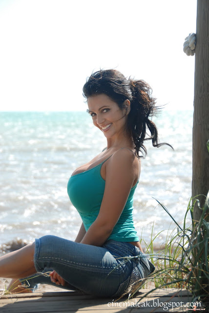 Latest Celebrity Pictures   Indian Sexy Actress Gallery: Hot spicy Denise milani 2012 wallpapers