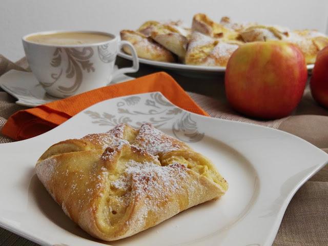 hausgemachte Taschen aus Hefeteig mit Apfel Sauerrahmfülle